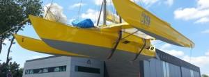 Mise à l'eau du bateau de Loïck Peyron pour la prochaine Route du Rhum
