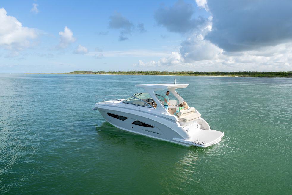 Regal Boats 33 Express (Day cruiser)