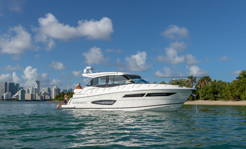 Regal Boats 38 Grande Coupe (Day cruiser)